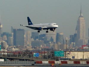 newark-new-jersey-airport-jet-landing-707902